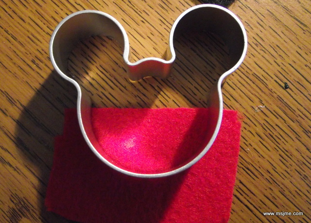 For the red part, I used the bottom half of the cookie cutter and then glued this piece onto a black piece.